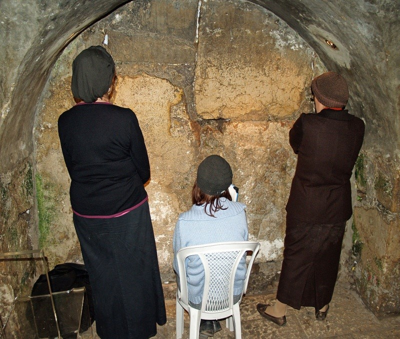 (西城隧道一角。source: http://en.wikipedia.org/wiki/Western_Wall_Tunnel#mediaviewer/File:Women_praying_in_the_Western_Wall_tunnels_by_David_Shankbone.jpg)